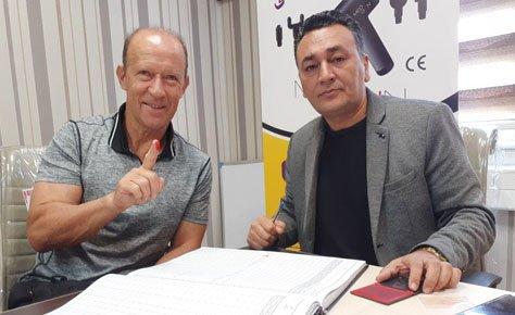 کادرفنی و بازیکنان پرسپولیس قرارداد خود را اولیه کردند