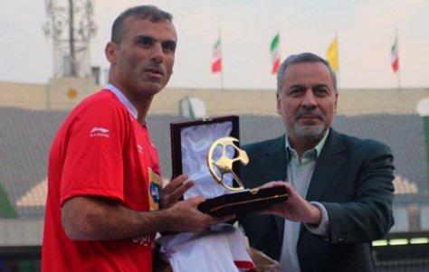تقدیر دکترشیرازی از سیدجلال حسینی در ورزشگاه آزادی